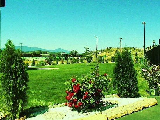 Americas Best Value Inn & Suites- Klamath Falls : Out Side Garden