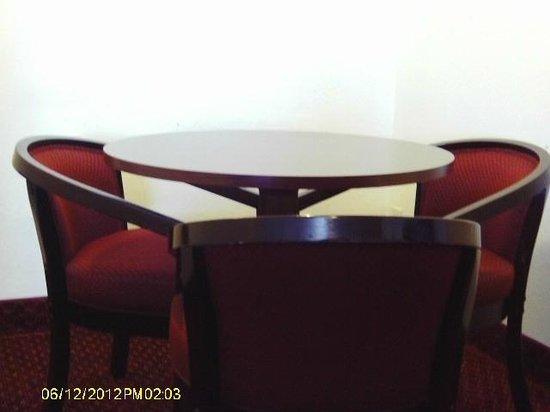Americas Best Value Inn & Suites- Klamath Falls : Round Table & Chair