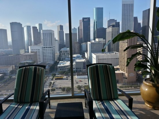 Hilton Americas - Houston: pool with lounge chairs