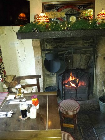 Olde Castle Bar: Super cosy seating by fire