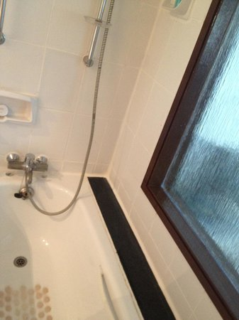 Diani Reef Beach Resort & Spa: Bathtub/Shower