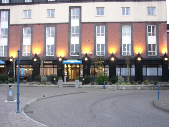 Waterford Marina Hotel: hotel in the evening