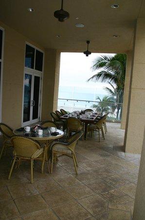 Palm Beach Marriott Singer Island Beach Resort & Spa: Outdoor dining