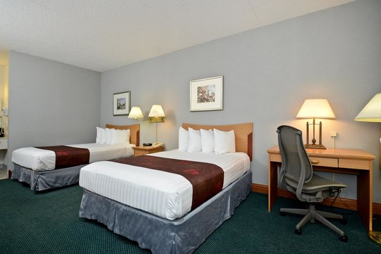 Best Western Inn: 2 queen beds and desk