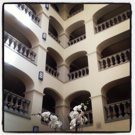 Hyatt Regency Westlake : Andares vistos do lobby.