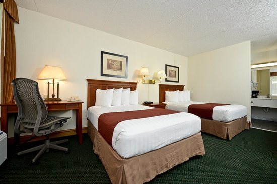 Best Western Inn: 2 double beds and desk