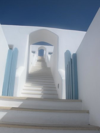 Absolute Bliss Imerovigli Suites: Halfway point with more stairs ahead..