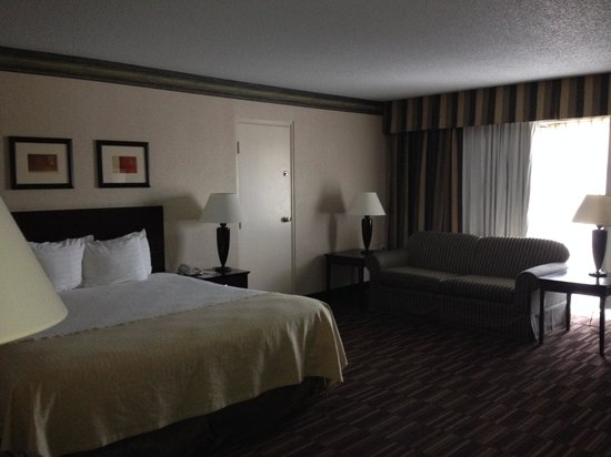 Clarion Hotel Conference Center Louisville North: King suite