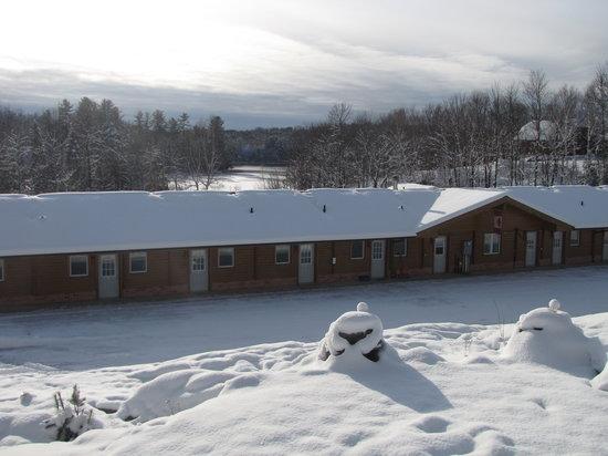 Quiet Bay Log Motel & Cafe: Quiet Bay Log Motel in Winter
