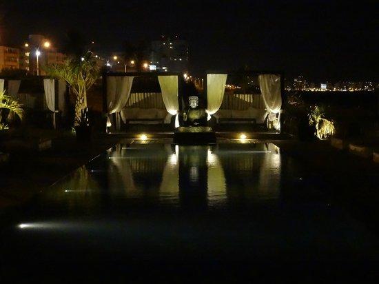 Serena Hotel Punta del Este : Piscina a noite