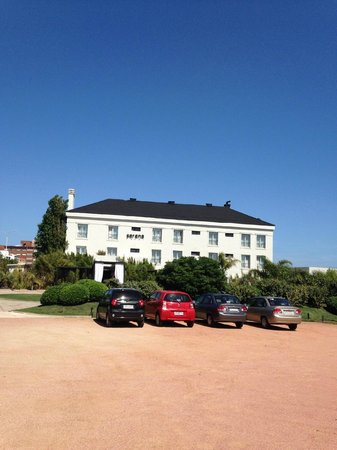 Serena Hotel Punta del Este : o Hotel e o estacionamento
