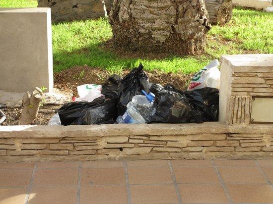 Labranda Corralejo Village: Rubbish dumped outside