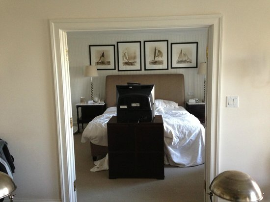 Inn at Perry Cabin by Belmond: TV at foot of bed