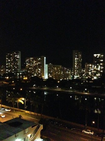 Coconut Waikiki Hotel: city view queen