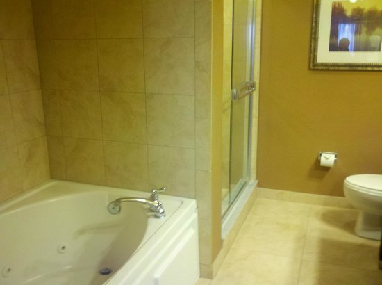 Lake Eve Resort : Another shot of the bathroom in 2 bedroom platinum suite.
