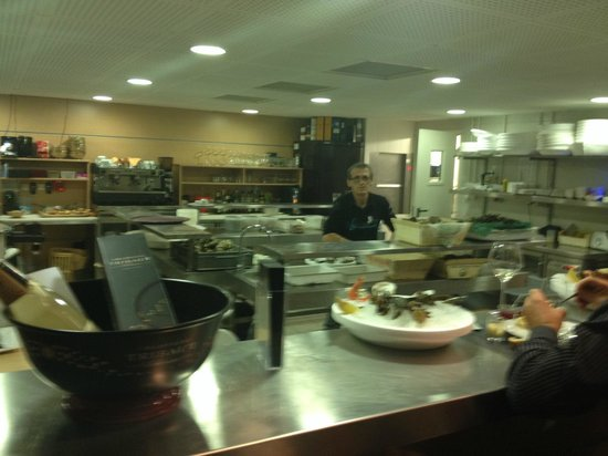 7 ème Vague Boniface : la préparation des fruits de mer a cote de la salle de restaurant