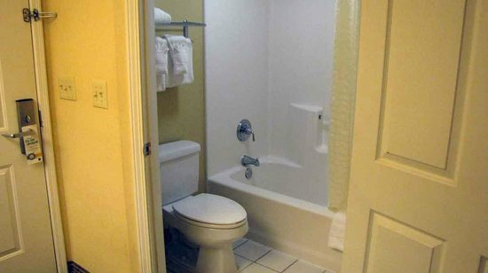 Quality Inn Greenville: Bathroom is small with tub/shower combo.