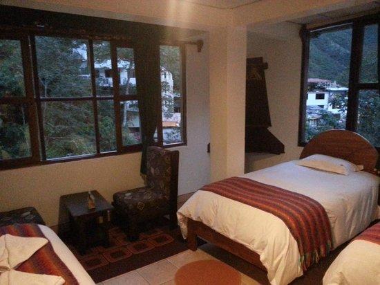 Terrazas del Inca Bed and Breakfast: Quarto com 3 camas grandes.