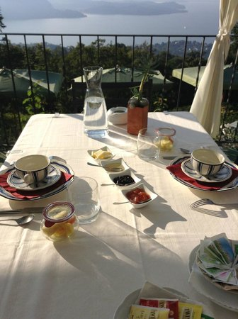 Chi-Ghinn Hotel and Restaurant: Breakfast on the Terrace