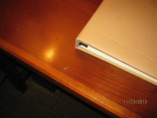 Hotel Alyeska: Stain and buildup on desk in room