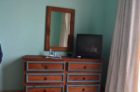 Marisol Boutique Hotel: Pantalla con tele de cable (no muchos canales y uno estaba sin sonido)