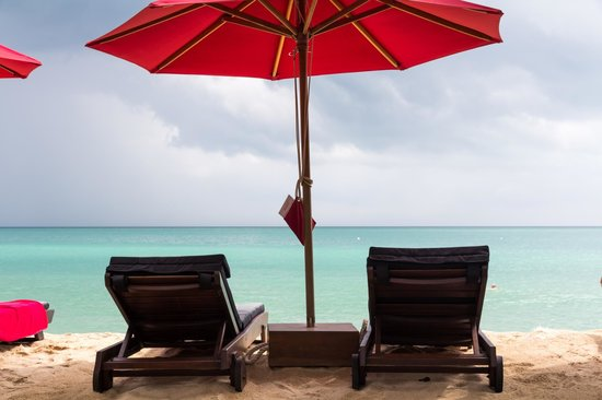 Anantara Rasananda Koh Phangan Villas : Genug bequeme Liegen am Strand