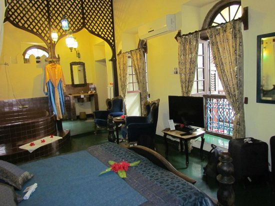 Zanzibar Palace Hotel : The 'Farizah' room with sink and flushing toilet