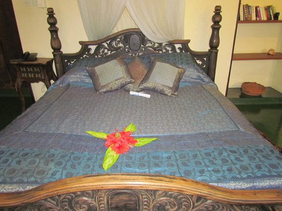Zanzibar Palace Hotel : The very ornate bed