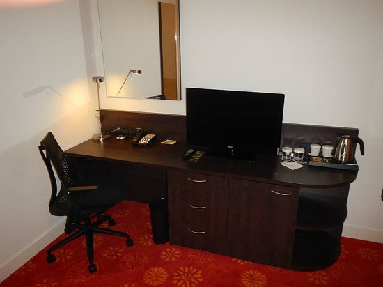 Hilton Garden Inn Leiden: Guest Room - Writing desk / TV / Coffee-Tea maker