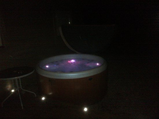 Kinnaird Woodland Lodges: Hot tub all lit up for an evening dip