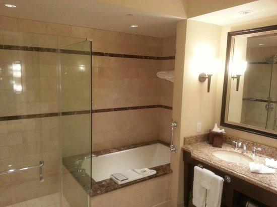 Thunder Valley Casino Resort : Standard bedroom bathroom