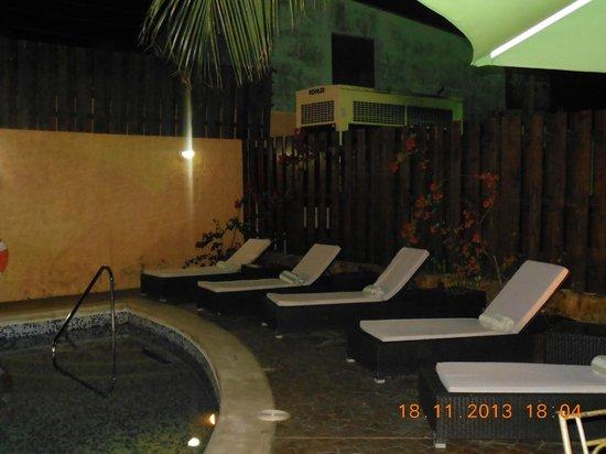 Bakhos Suites Hotel: piscina