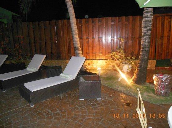 Bakhos Suites Hotel : piscina