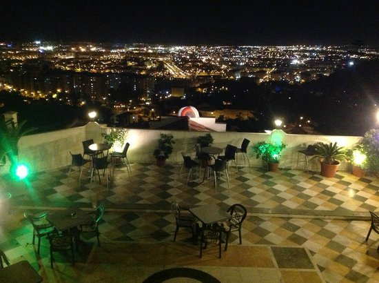 Hotel Villa Guadalupe: View from Restaurate Amador over Malaga at night