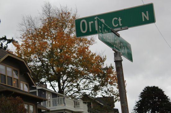 Greenlake Guest House: Street Sign in front of Guest house