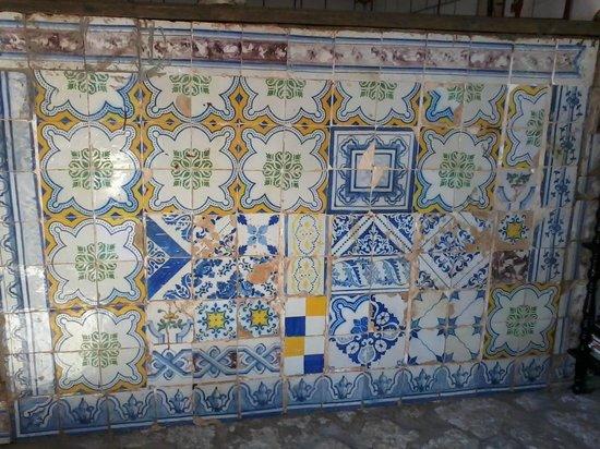 Sitio Tijupa: Painel com reciclagem de azulejos.