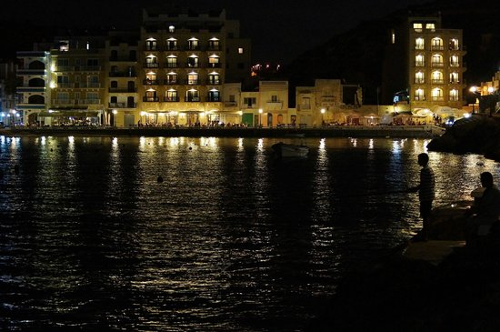 San Antonio Guesthouse: Xlendi bay at night. Walk to the end of the pier for the best restaurants.