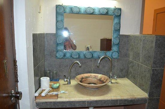 Hotel Alit's Beach: Wash basin