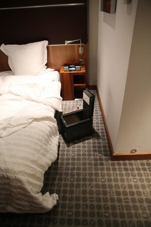 Le Meridien Barcelona : All our valuables in the room safe were stolen, the safe left on the floor, it was scary!