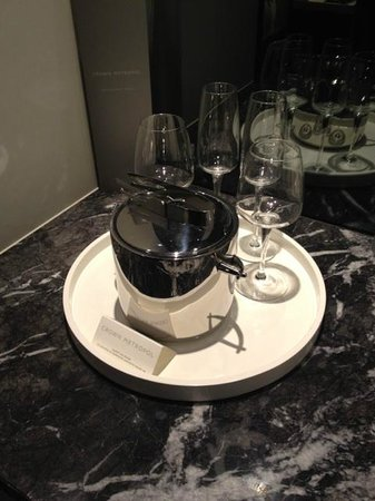 Crown Metropol Melbourne: Wine glasses and icebucket
