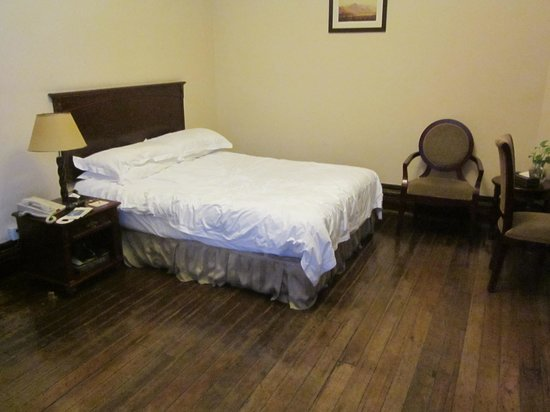 Astor House Hotel: Large comfortable bed for single