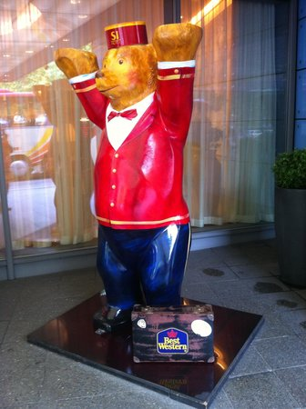 Hotel Steglitz International: Bear statue at the gate