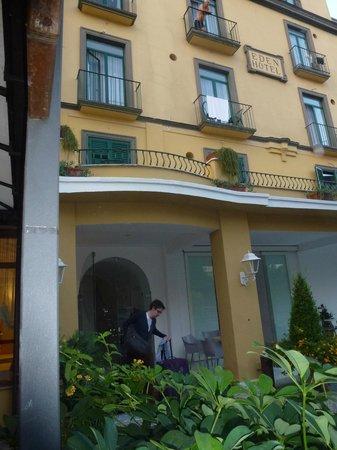 Hotel Eden: frente del hotel, vista desde el jardin