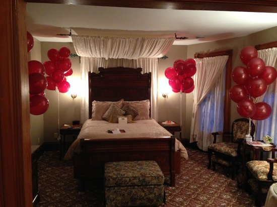 Victorian Dreams Bed and Breakfast: 40 balloons awaited us on our 40 anniversary. Jake's Room.