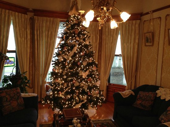 Victorian Dreams Bed and Breakfast: Main building parlor beautifully decorated for Christmas.