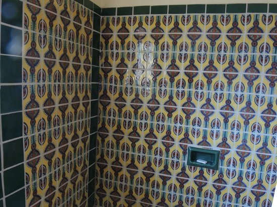 Silver Saddle Motel: Mexican tiles in tub/shower were lovely.