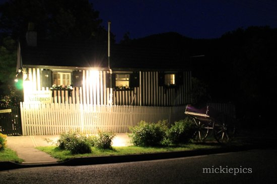 Old Colony Inn B&B: from the road at night