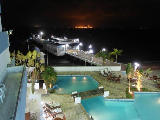 Hotel VillaReal Sao Francisco do Sul: Vista noturna da sacada (as luzes são do Porto de Itapoá no outro lado da baía)