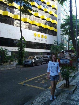 Hotel Sesc Copacabana: Estou em primeiro plano, o Hotel ao fundo.