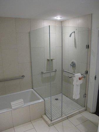 Ravel Hotel: Bathroom in 107